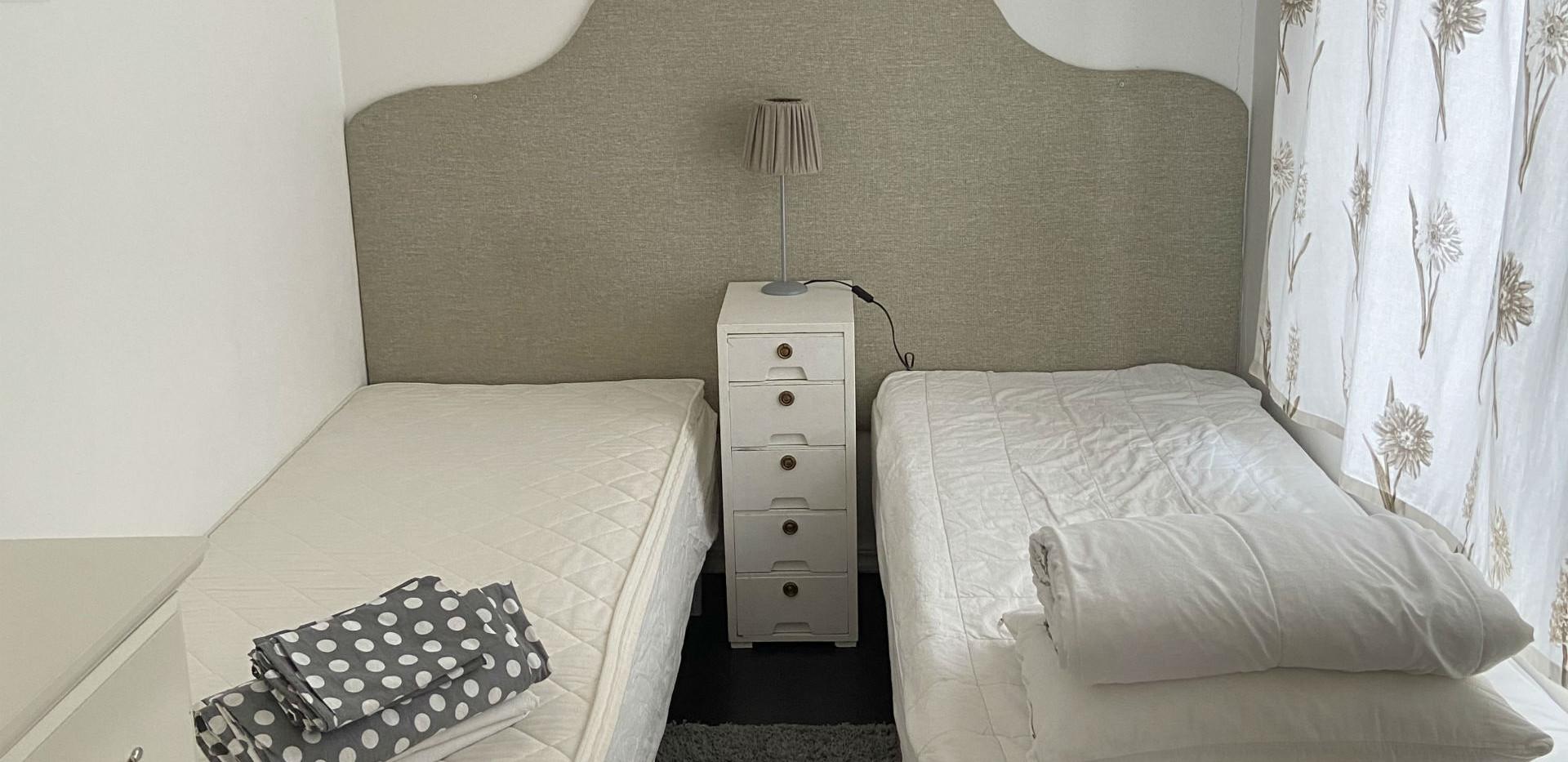På Stallets nedervåning: sovrum med två enkelsängar.