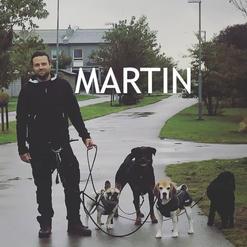 Efter genomgången utbildning till hunddagisföreståndare kan man med rätta kalla Martin Hundhagas flockledare!   Han har tidigare examina inom internationell marknadsföring och internationell förhandling.  Martin är uppvuxen med hundar och har själv ägt tre.