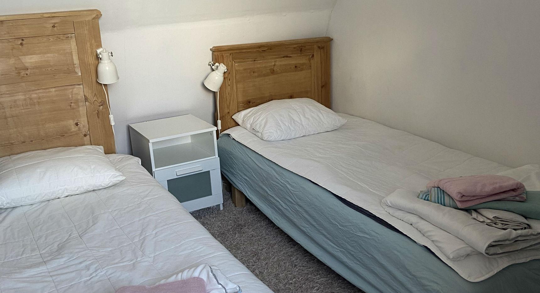 I Grisstian får hela familjen plats. Här inne sover man gott i mjuka enkelsängar.   Spädbarnssäng kan ordnas vid förfrågan.