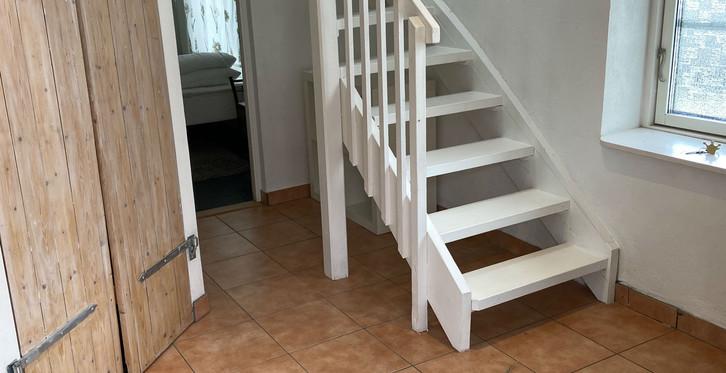 Liksom Grisstian och Hönshuset har Stallet två våningar. Ovanvåningen nås via en trappa i hallen.