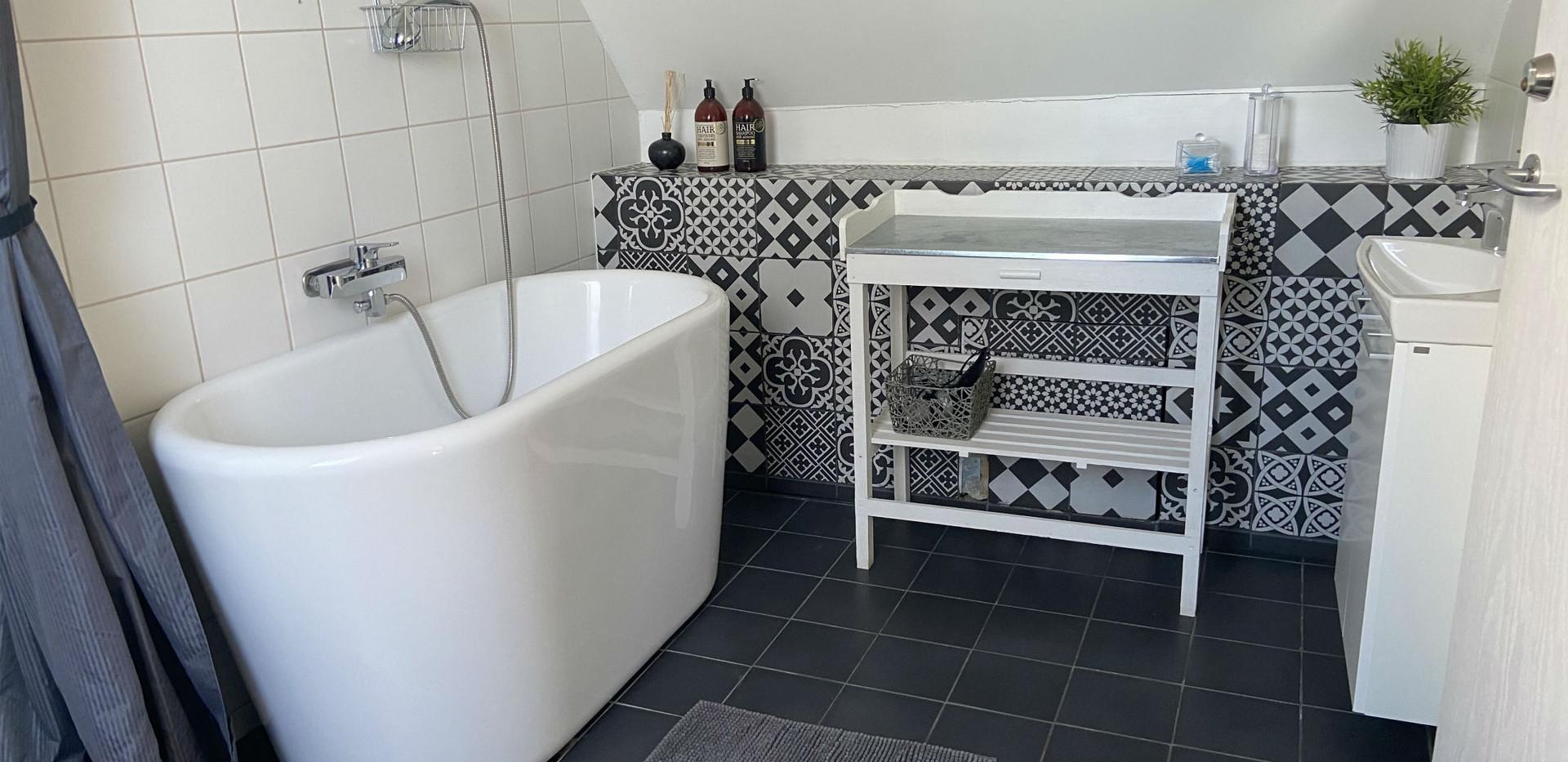 Ta ett skönt värmande bad i Alpackasvitens badkar.