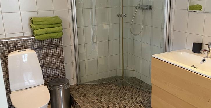 Badrummet i Stallet är försett med duschkabin.
