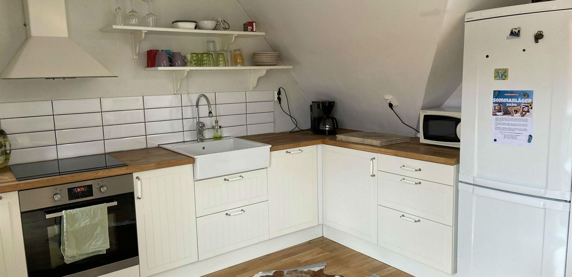 I Stallets stora kök finns kylskåp, frys, ugn och spis med induktionshäll samt mikrovågsugn.