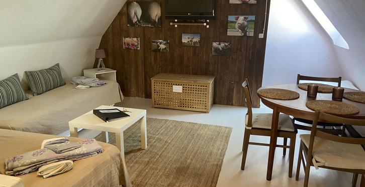 I Grisstians sällskapsrum finns bäddsoffa, bord med fyra stolar samt TV.