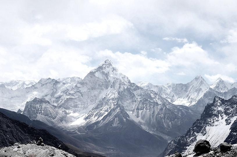 mit Schnee bedeckte Berggipfel