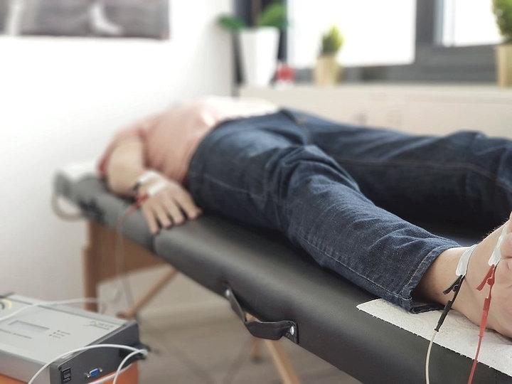 Liegender Patient während der BIA-Messung