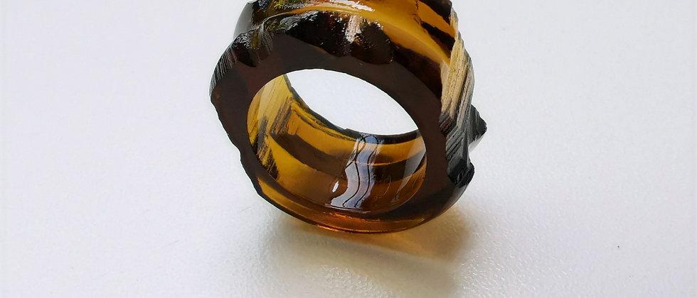 Anel Super III da designer Bela Aiache, criado a partir de vidro reutilizado de garrafas.