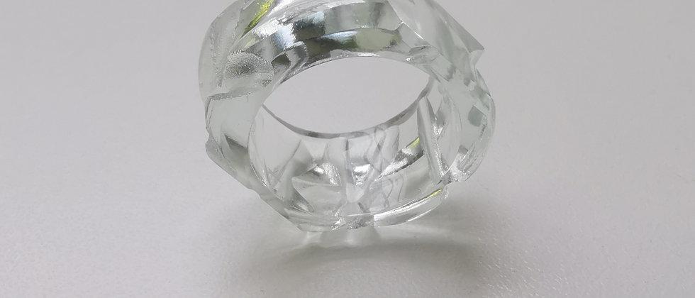 Anel Coron II da designer Bela Aiache, criado a partir de vidro reutilizado de garrafas.
