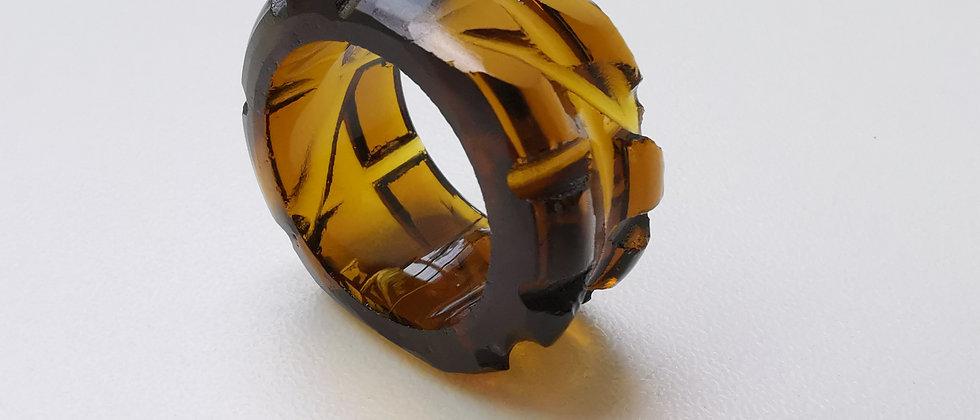 Anel Super IV da designer Bela Aiache, criado a partir de vidro reutilizado de garrafas.