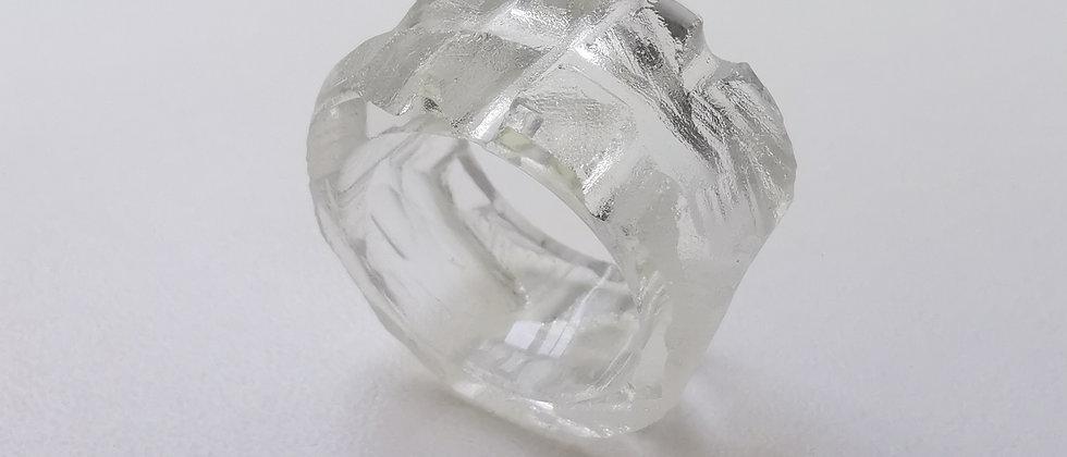 Anel Coron I da designer Bela Aiache, criado a partir de vidro reutilizado de garrafas.