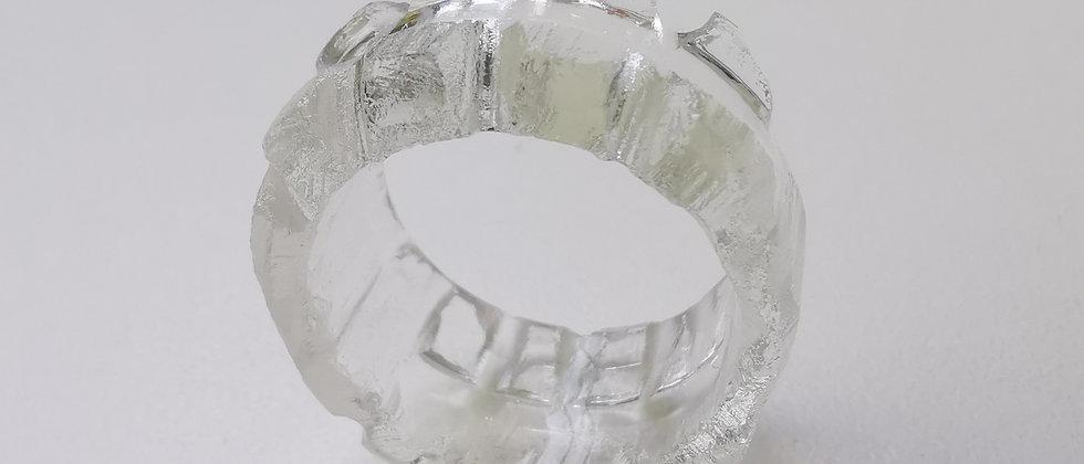 Anel Coron III da designer Bela Aiache, criado a partir de vidro reutilizado de garrafas.