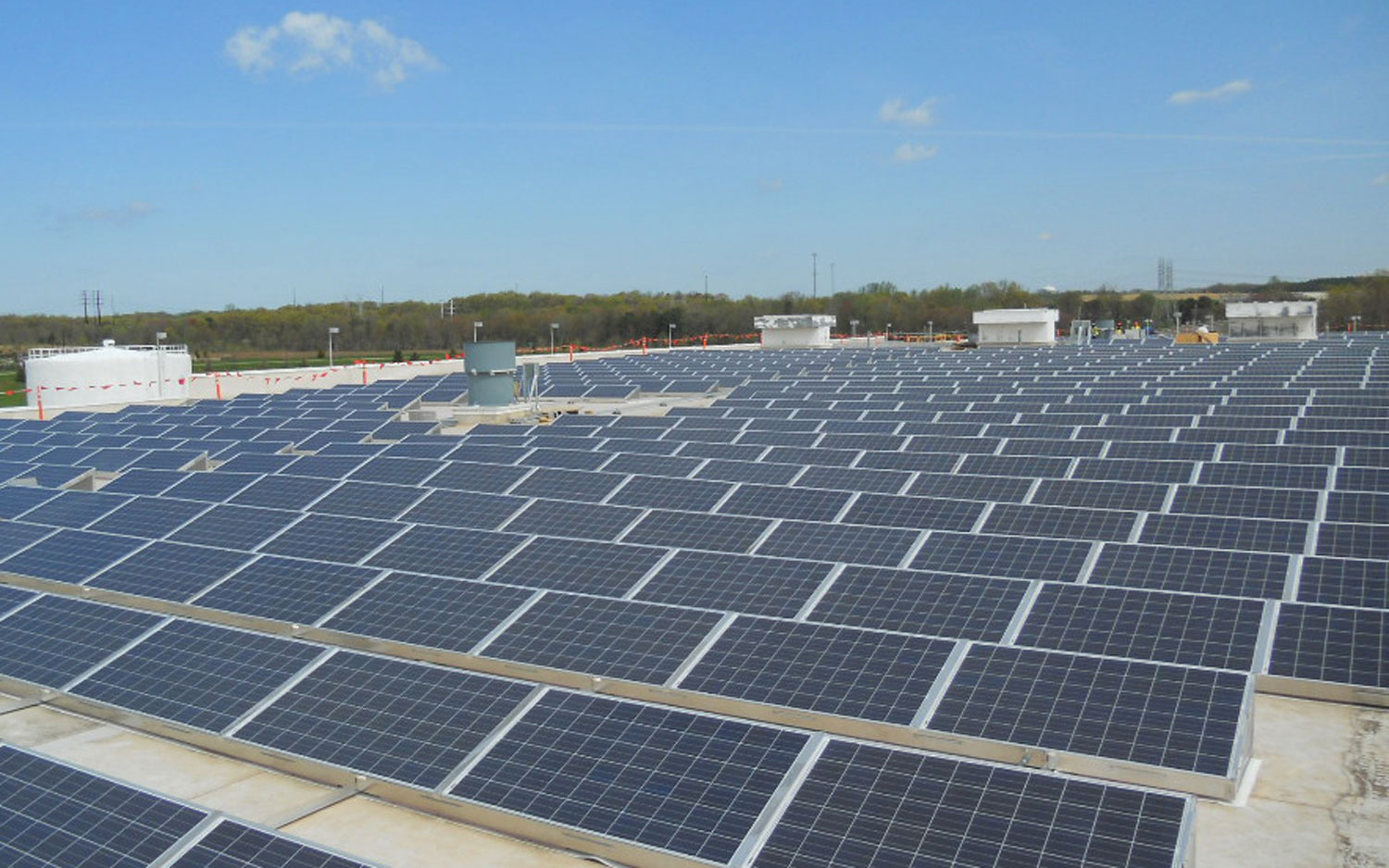 general-motors-heavy-duty-transmission-building-rooftop-solar-array-view