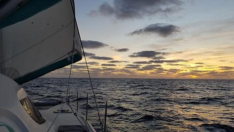 Grand large, Club de croisière, faire de la voile, apprendre la voile, croisière à la voile, croisière en catamaran, Transatlantique, transat, traversée de l'Atlantique, horizon, coucher de soleil