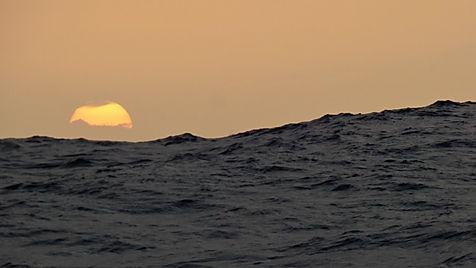 Grand large, Club de croisière, faire de la voile, apprendre la voile, croisière à la voile, croisière en catamaran, Transatlantique, transat, traversée de l'Atlantique, houle, vague de houle