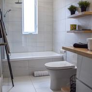 Salle de bain avec un bain douche