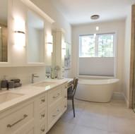 Élégante salle de bain blanche en bois