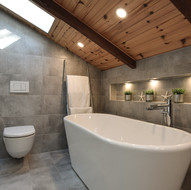 Salle de bain avec toit en angle
