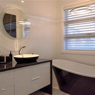 Salle de bain des maîtres en noir et blanc