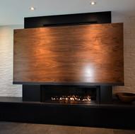 Foyer linéaire avec manteau et rangement en bois sur mesure