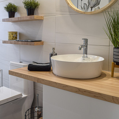 Salle de bain avec comptoir en bois