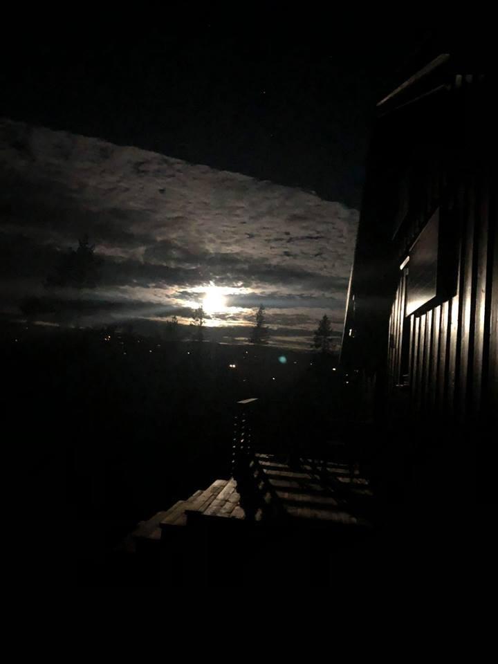 måneskinn over hytte på fjellet