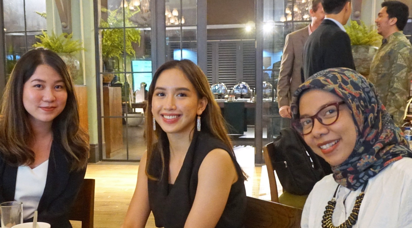 Dua perwakilan dari Japan Tobbaco International, Citra Tiara Pertama Rizki dan Saradeta Sinaga, yang juga merupakan salah satu pendukung CIPS, menghadiri Gala Dinner dan terlihat berdiskusi dengan peneliti kami, Galuh Octania.