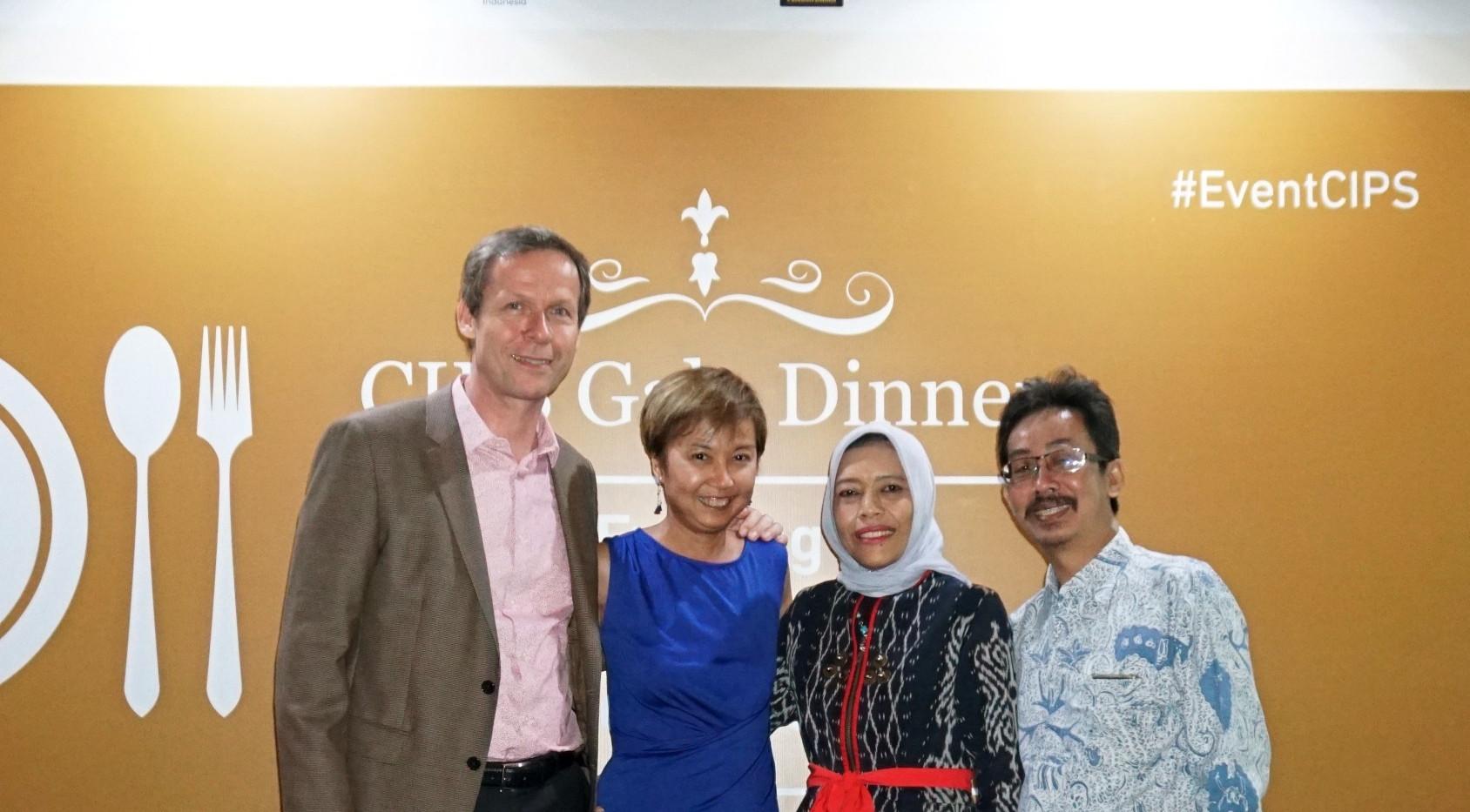 Dua Anggota Dewan CIPS, Bapak Nur Syamsudin dan Ibu. Saidah Sakwan, berfoto bersama dengan Bapak Rainer Heufers dan Ibu Joyce Lim.