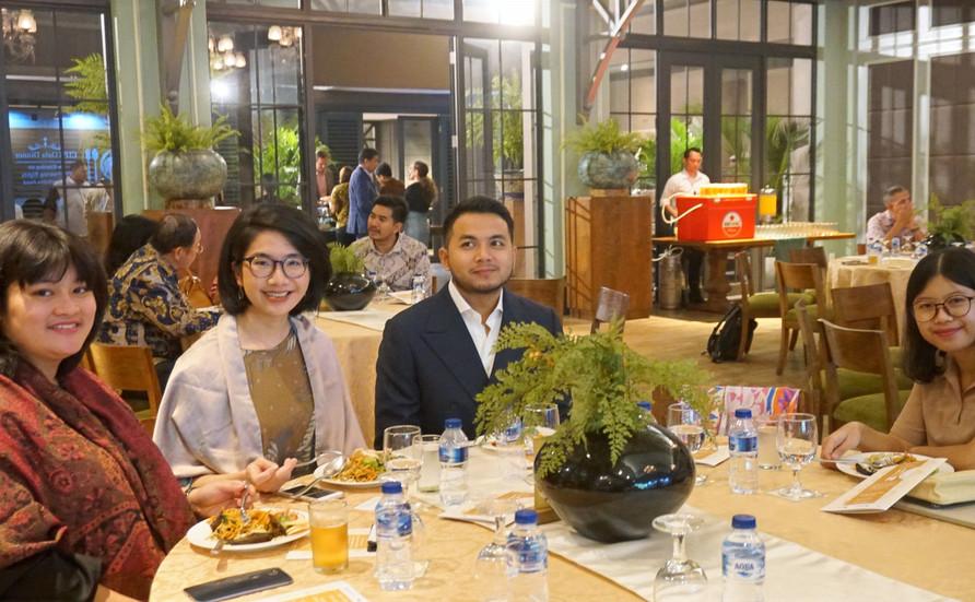 Ibu Dwi Cahyaningtyas dari EuroCham sedang menikmati hidangan utama di acara tersebut, didampingi oleh staf tercinta kami, Farha Fikria, Iqbal Dawam Wibisono, dan Felippa Amanta (dari kanan ke kiri).