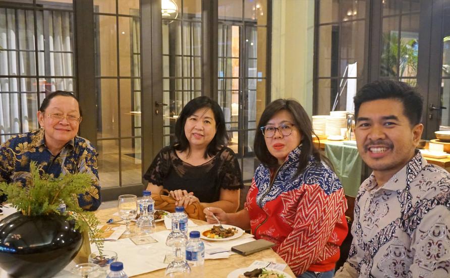 Teman-teman kami Bapak Thomas Darmawan, Ibu Sally Lie dan Ibu Susan dari Kamar Dagang Indonesia, sedang berbicara dengan Bapak Nurhidayat Firmansyah dari Yayasan Indika, selama makan malam.