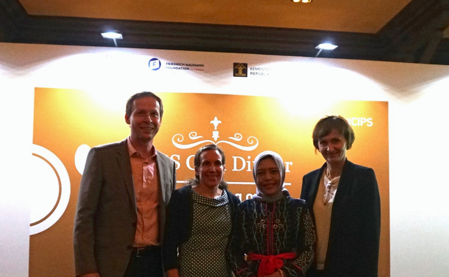 Bapak Rainer Huefers (Kiri), Ibu  Bettina Stark-Watzinger (Tengah), dan Bapak Moritz Kleine-Brockhoff (Kanan) terlibat dalam diskusi seru selama CIPS Gala Dinner 2019.