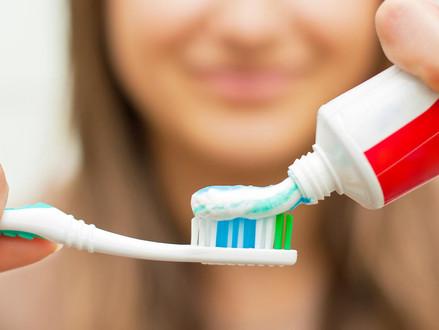 Conheça os riscos do clareamento dentário caseiro