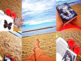 Lembranças do feriado; praia + livro = combinação perfeita!