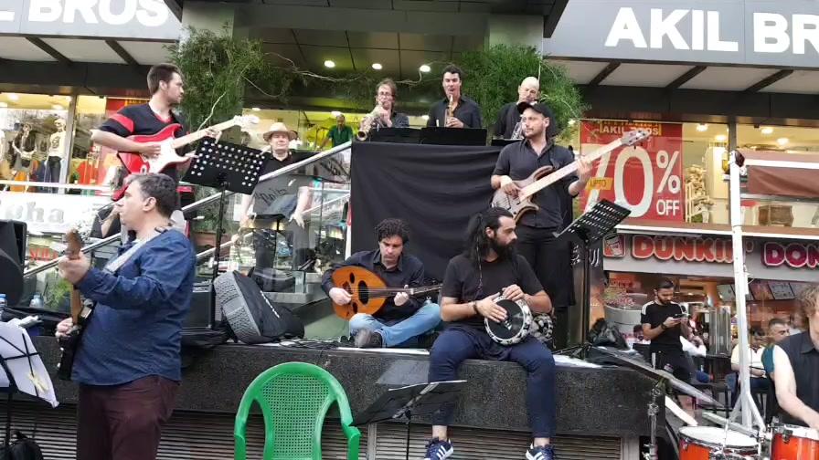 """اليوم الثالث من مهرجان """"أسبوع عالمي لسوريا"""" في شارع الحمرا، مع عازفين سوريين وسويسريين."""