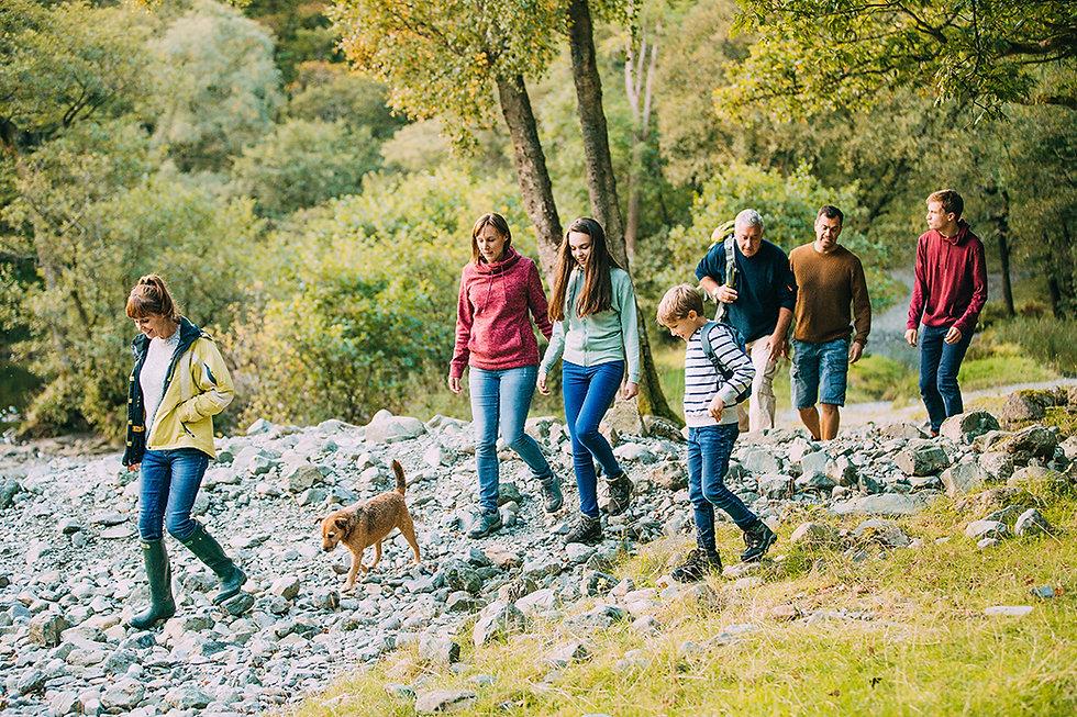 20%Familie mit Hund wandert.jpg