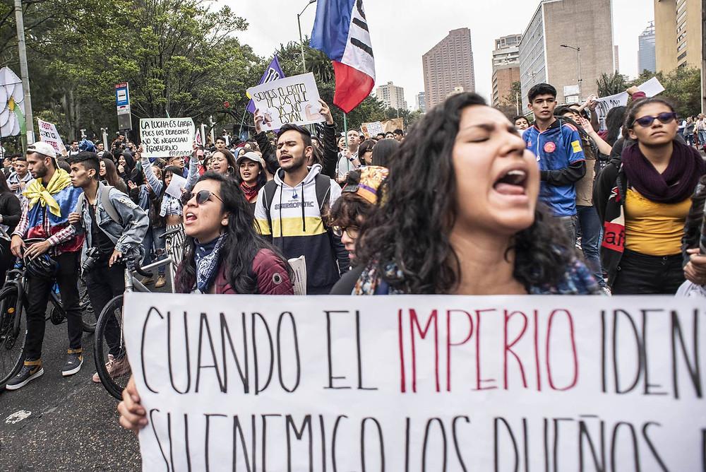 Jóvenes manifestantes marchan en Bogotá. CAMILO ROZO