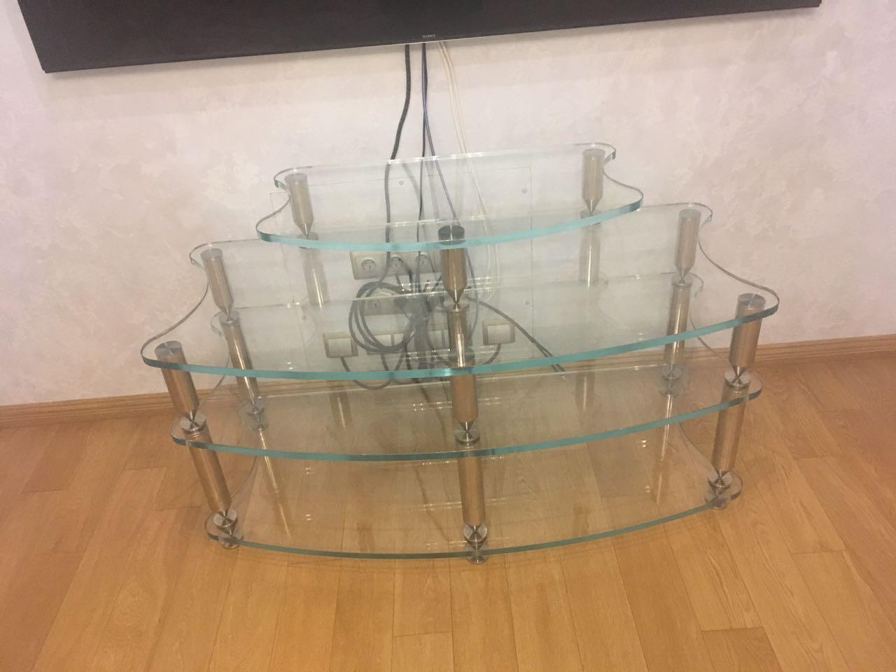 Стеклянный стол под акустику
