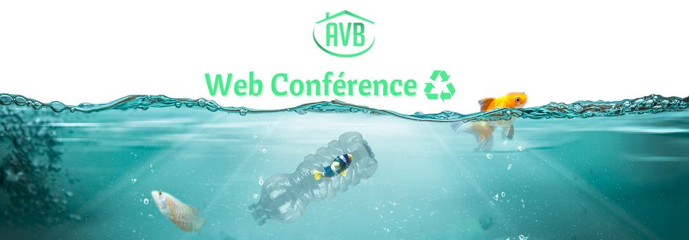 Poisson coincé dans une bouteille en plastique dans l'océan