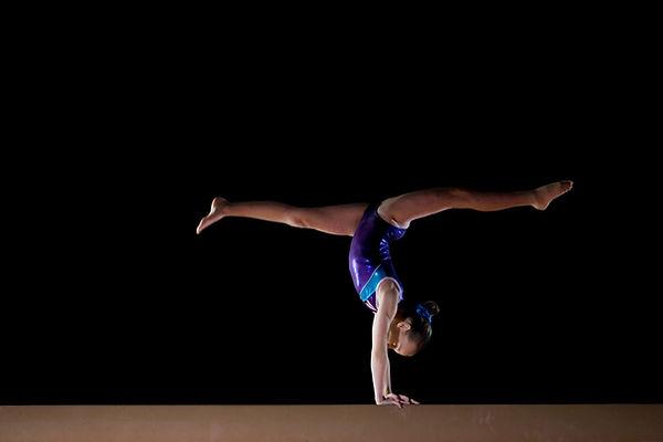 Gymnastique artistique à Liège - fille poirier ATR sur la poutre