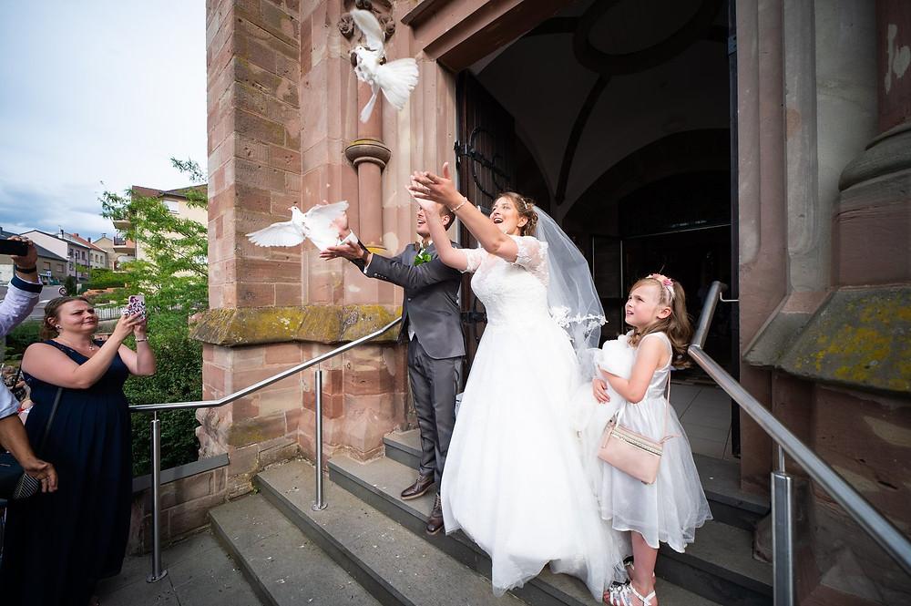 photographe mariage église oeting lâché de colombes