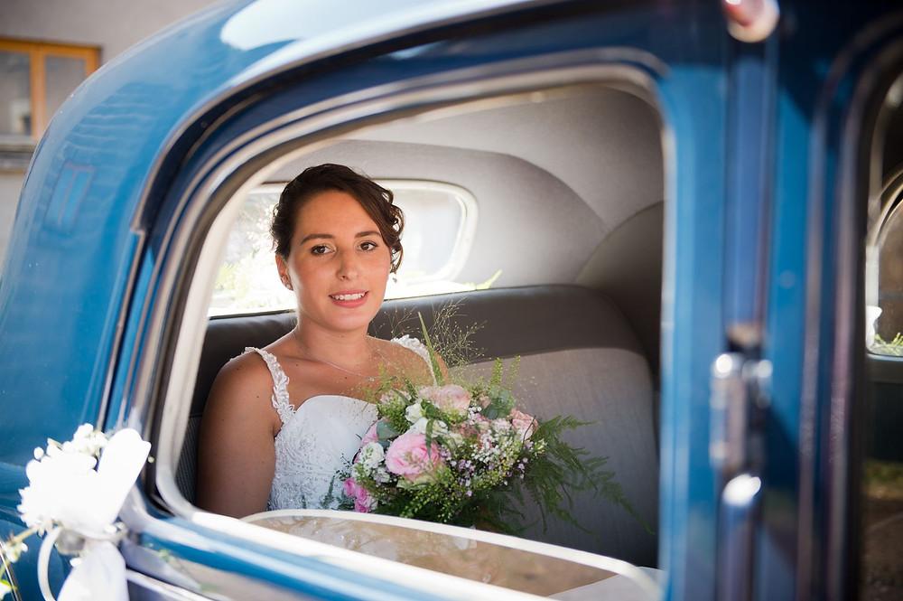 Photographe mariage mariée dans la voiture à Etain.