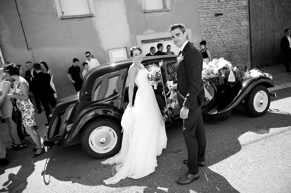 Photographe mariage mariée sors de la voiture à Etain.