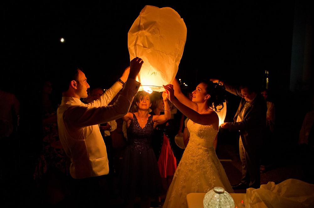 Photographe mariage metz soirée lanterne au Tuilerie à Fey