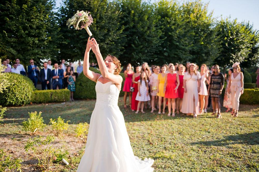 Photographe mariage lancé du bouquet au Centre Mondial de la Paix à Verdun