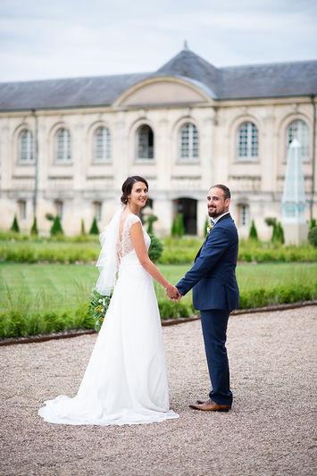 Photographe de mariage à Metz, mariés devant l'abbaye des prémontrés.