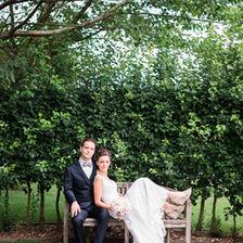 Photographe de mariage à Metz, couple de mariés sur un banc.