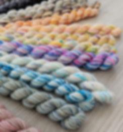 Mini-pelote de laine mérinos teintes à la main par des indie dyer québécois.