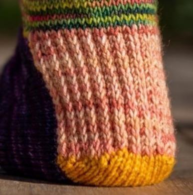 Tricoté en aller-retour l'arrière du talon permet de fermer la chaussette au niveau du talon.