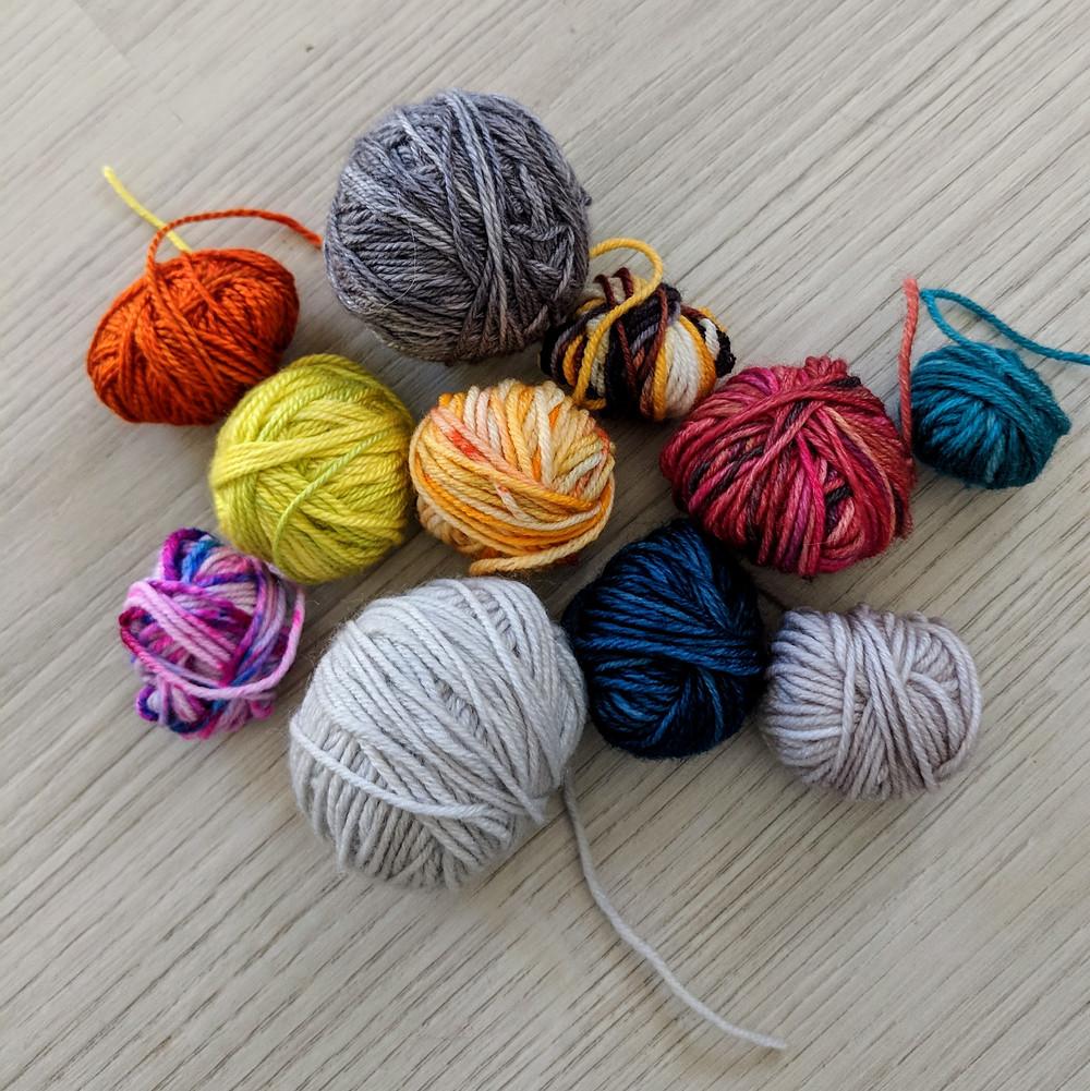 Petites balles colorées de laine