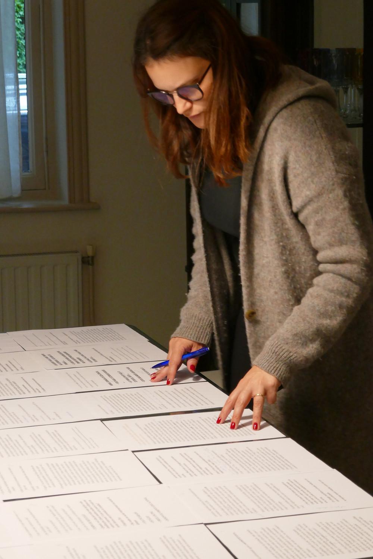 Ticiana trabalhando no Guia para Repensar a carreira quando expatriada