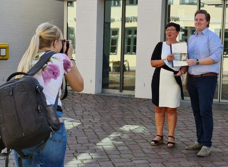 Stadtmagazin TV - Marlis Stagat gibt Bewerbungsunterlagen ab